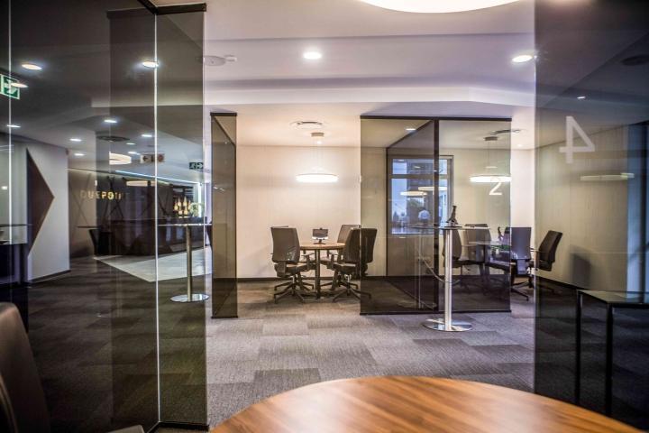 Стильный интерьер офиса: стеклянные кабинки