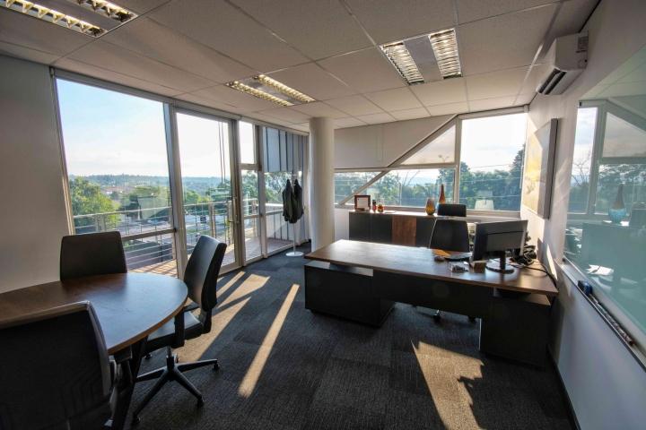 Стильный интерьер офиса: прекрасный вид из окна