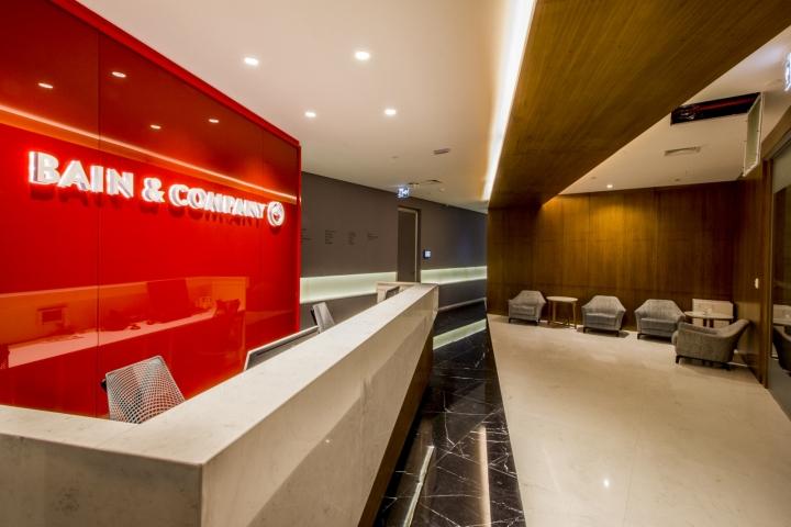 Стильный интерьер офиса Bain & Company: стойка регистрации