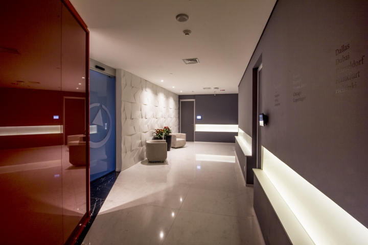 Стильный интерьер офиса Bain & Company: мраморный пол