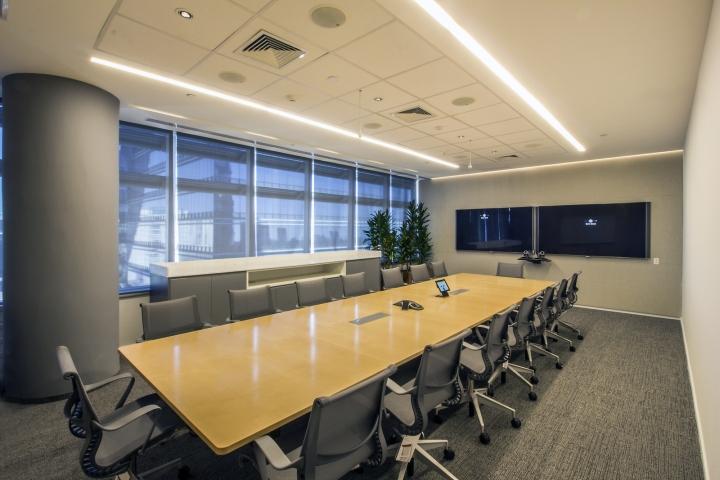 Стильный интерьер офиса Bain & Company в бело-серых тонах