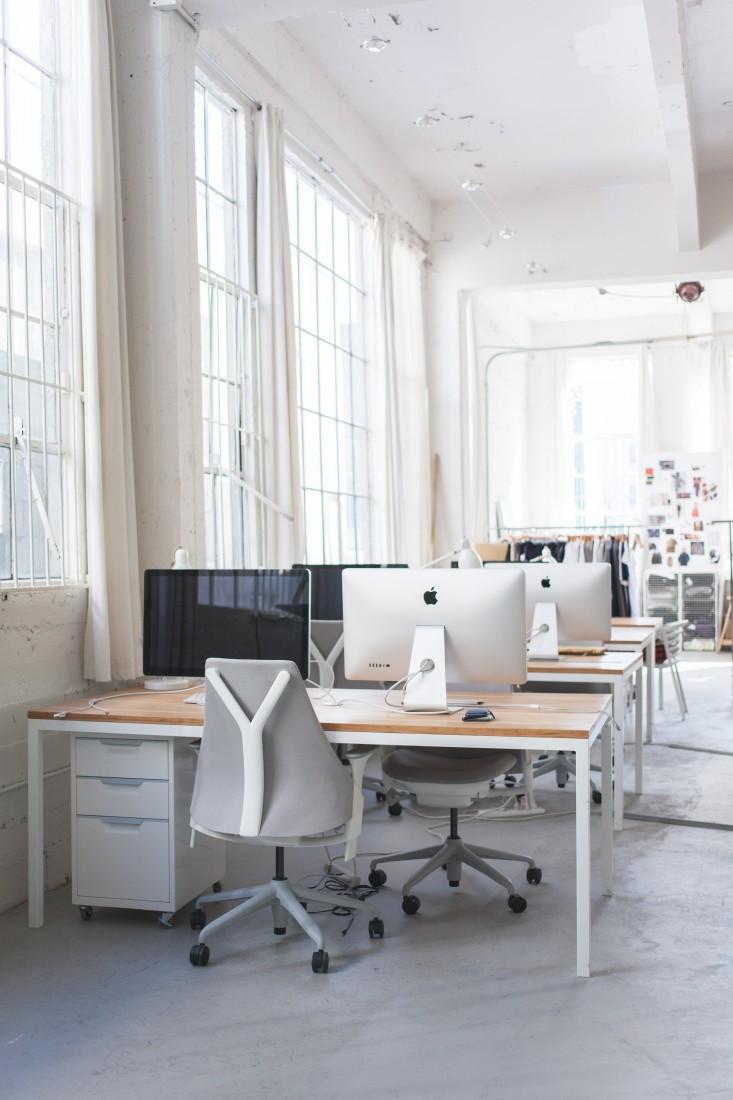 Светлые рабочие места в стильном интерьере офиса