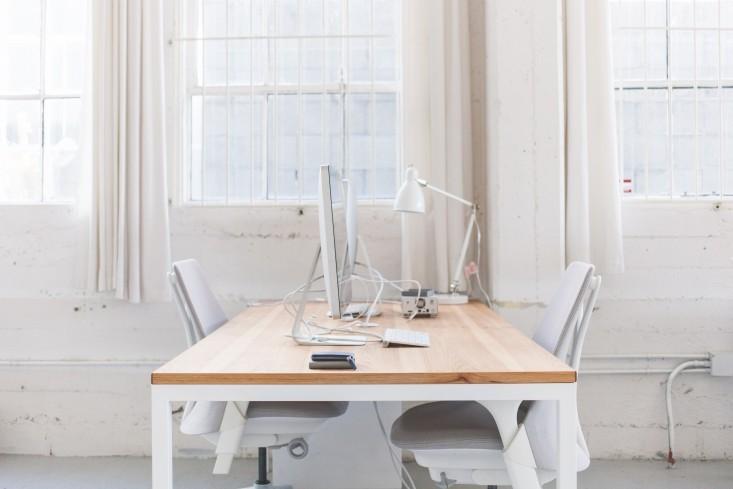 Стильный интерьер офиса в светлых оттенках