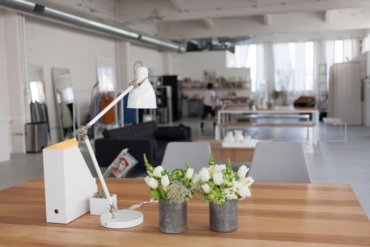 Оригинальные вазы с цветами в стильном интерьере офиса