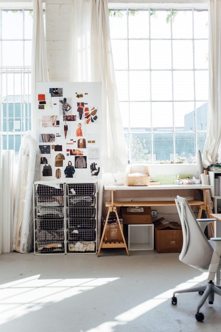 Белая доска с образцами в стильном интерьере офиса