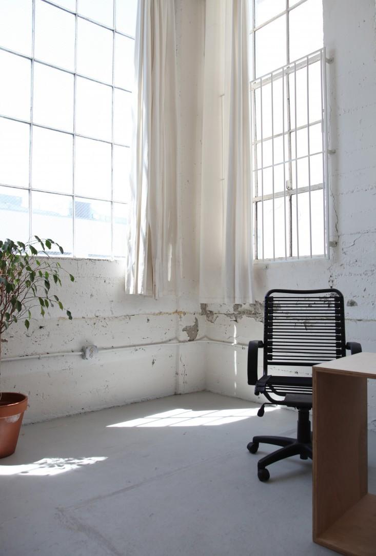 Большие окна в стильном интерьере офиса