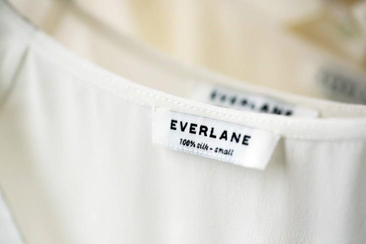 Одежда бренда с фирменной биркой в стильном интерьере офиса