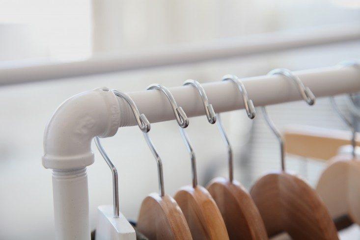 Белая металлическая вешалка в стильном интерьере офиса