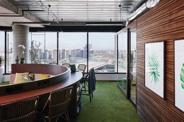 Деревянные панели и мебель в стильном интерьере офиса