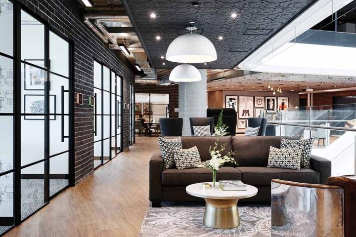 По обстановке стильный интерьер офиса напоминает Нью-Йорк 50-х годов
