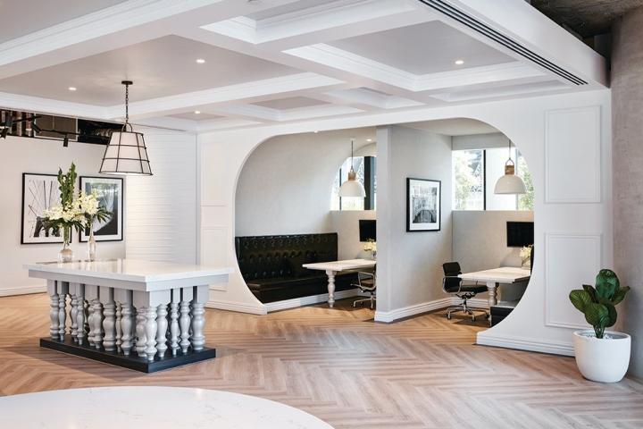 Белый стол с фигурными ножками в стильном интерьере офиса