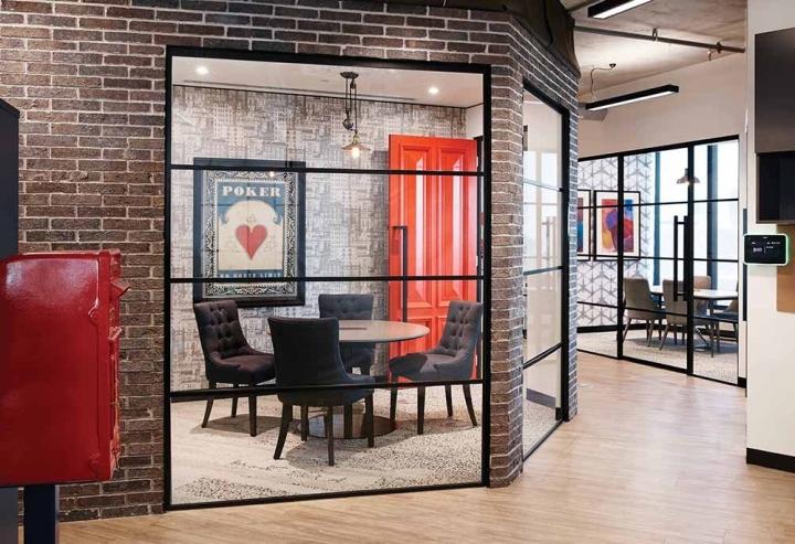 Кирпичная стена - стильный элемент декора в интерьере офиса