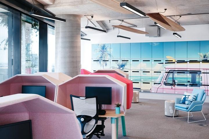 Стильный интерьер офиса - оригинальные рабочие места в пастельных тонах