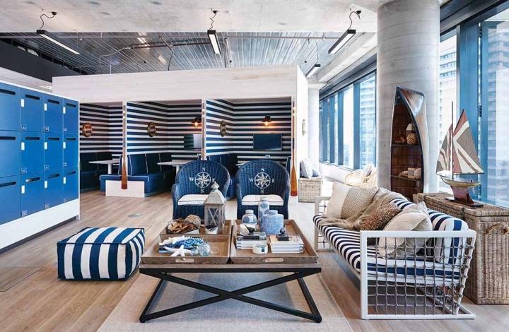 Стильный интерьер офиса в морской тематике - мебель, обтянутая тканью в бело-голубую полоску