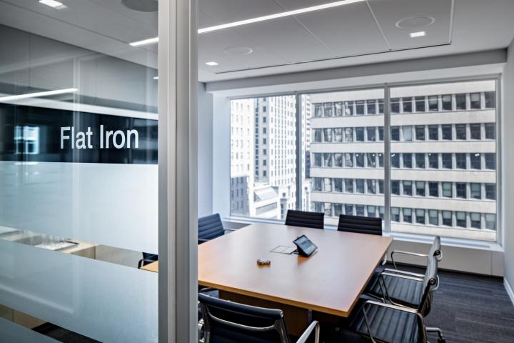 Стильный интерьер офиса с панорамными окнами