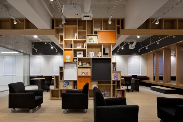 Стильный интерьер современного японского офиса в Токио: шкаф в форме дерева