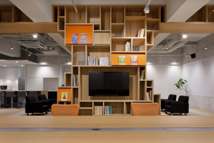 Стильный интерьер современного японского офиса в Токио: вид на шкаф