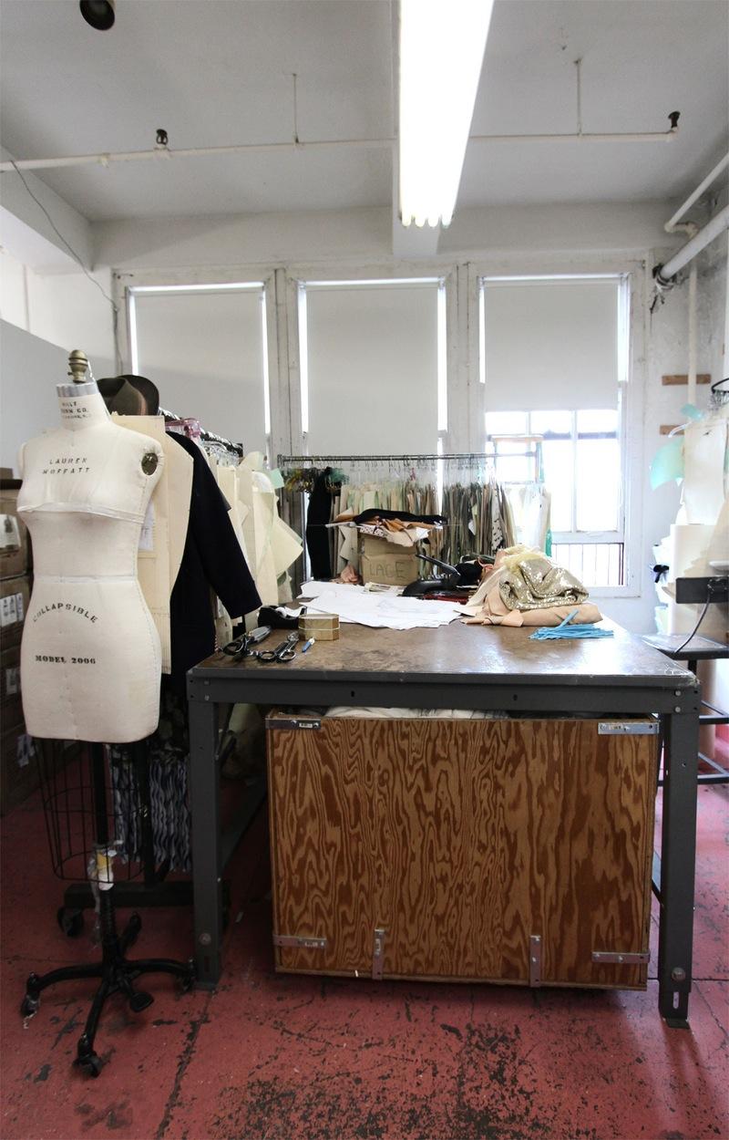Студия дизайна одежды: рабочий стол и манекены