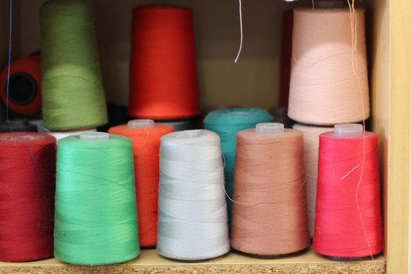 Студия дизайна одежды: ткани, цвета, стеллажи с материалами
