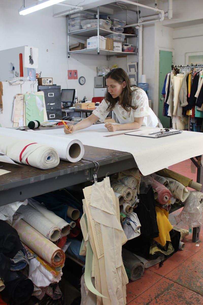 Студия дизайна одежды: Лорен за работой