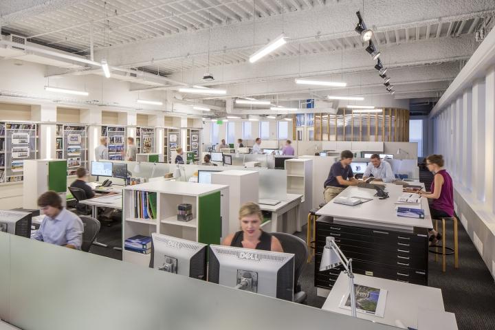 Современный светлый офис в Атланте, Джорджия, США: рабочие места