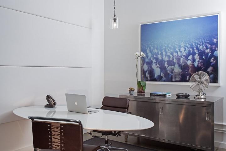 Светлый офис компании RSA Films - растения в интерьере
