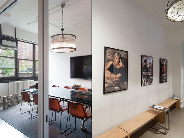 Светлый офис компании RSA Films - узкая мебель