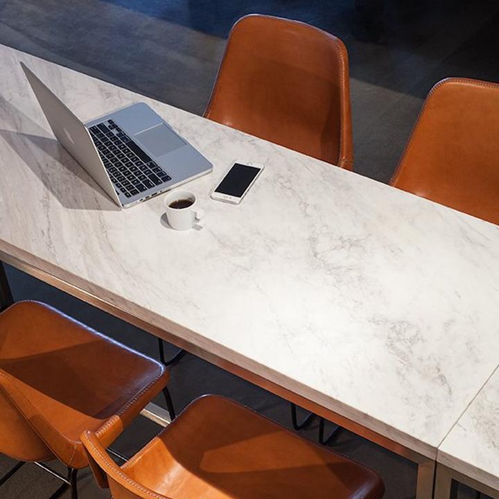 Светлый офис компании RSA Films - оранжевые стулья
