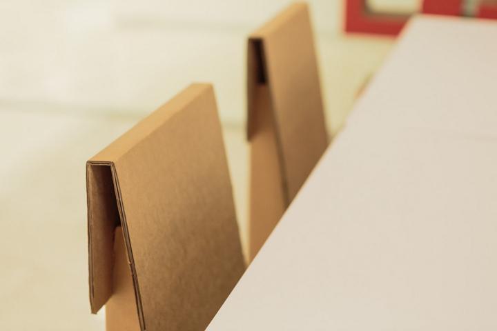 Картонный стул в офисе