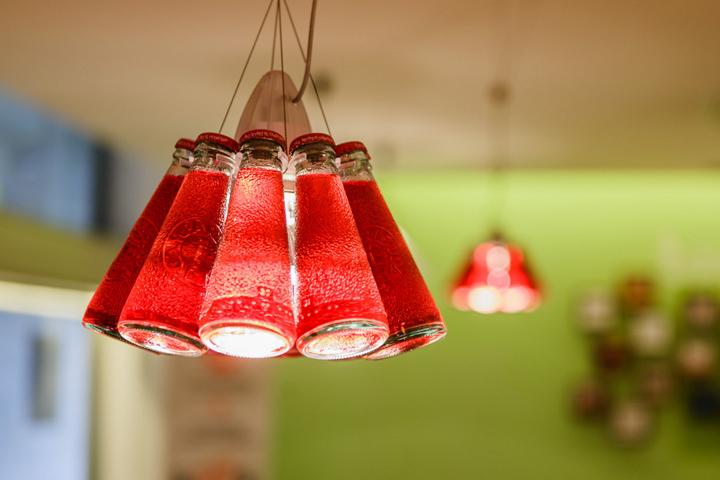 Подвесные лампочки в офисе