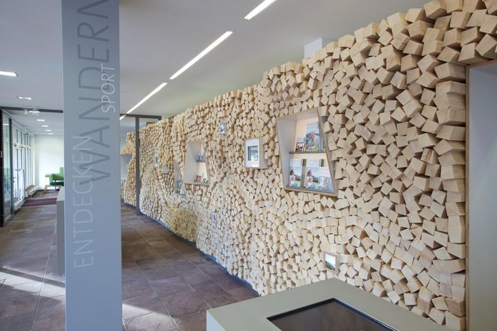 Информационный зал для туристов от PARTNERUNDPARTNER architekten, Baiersbronn, Germany