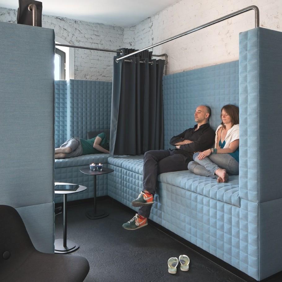 Мягкие диваны для отдыха в офисе SoundCloud в стиле лофт
