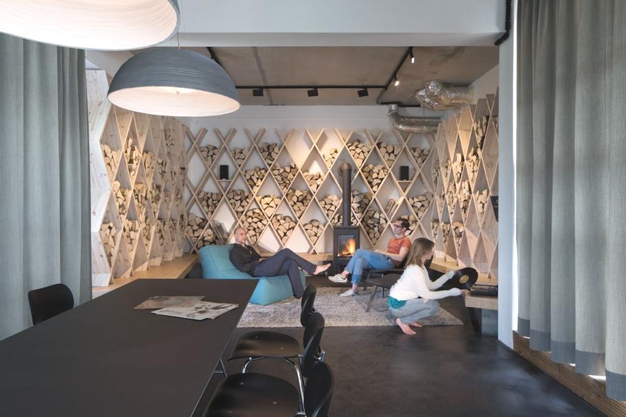 Комната отдыха с камином для персонала в офисе SoundCloud в стиле лофт