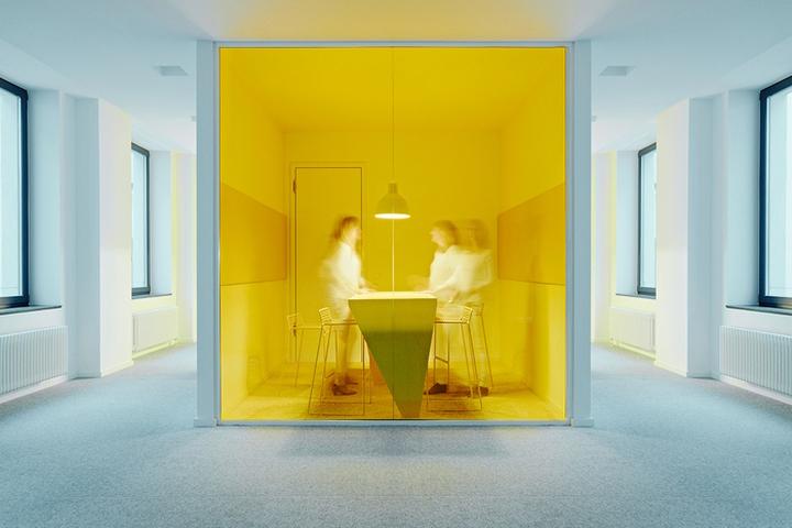 Цветовые акценты в дизайне интерьера офиса в Берлине