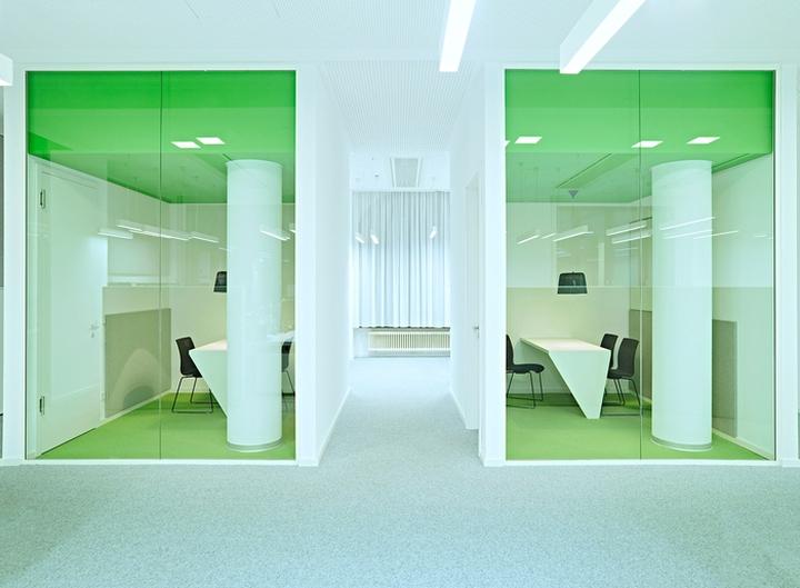 Цветовые акценты в дизайне интерьера офиса в Берлине - зелёный в интерьере