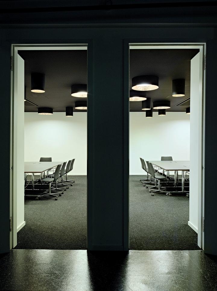 Цветовые акценты в дизайне интерьера офиса в Берлине - тёмные цвета в интерьере