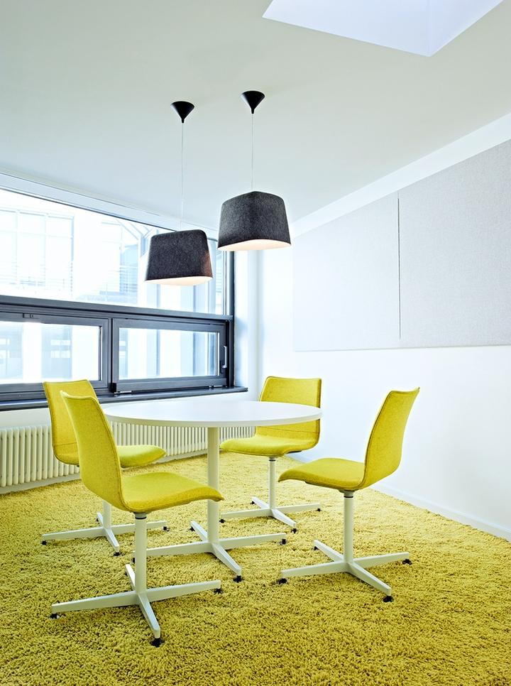 Цветовые акценты в дизайне интерьера офиса в Берлине - жёлтый в интерьере