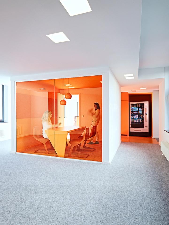 Цветовые акценты в дизайне интерьера офиса в Берлине - оранжевый в интерьере