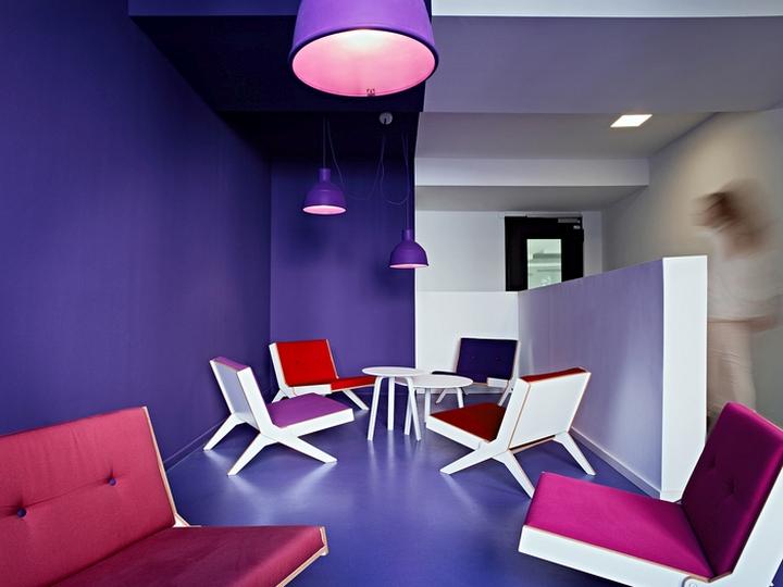 Цветовые акценты в дизайне интерьера офиса в Берлине - фиолетовый в интерьере