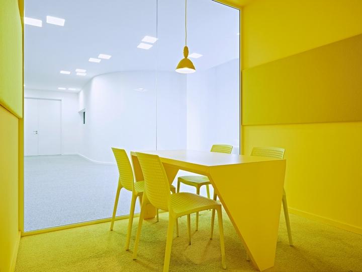Цветовые акценты в дизайне интерьера офиса в Берлине - яркий жёлтый цвет в интерьере