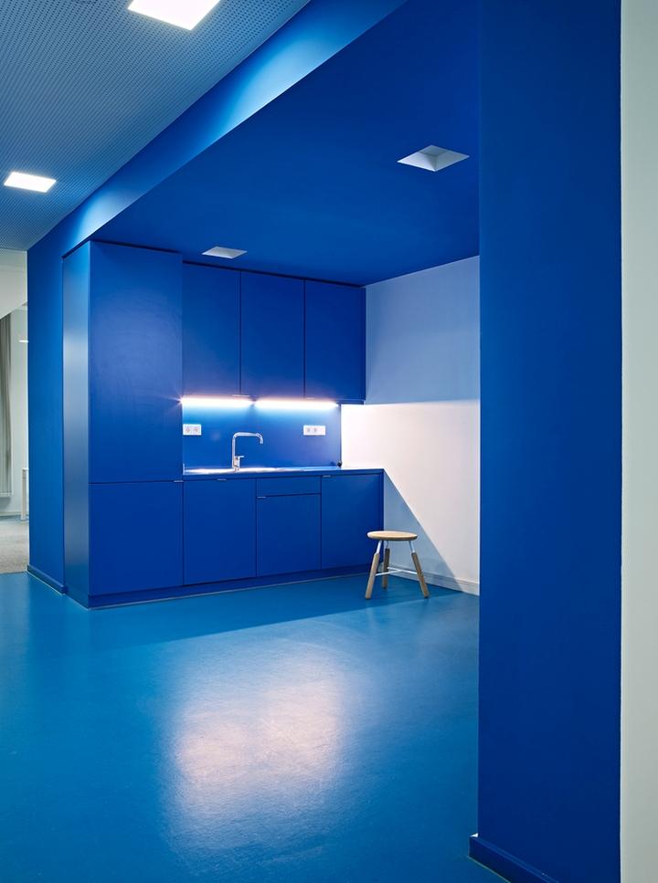Цветовые акценты в дизайне интерьера офиса в Берлине - синий в интерьере