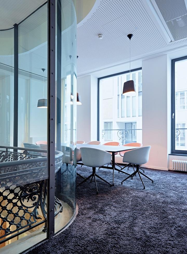 Цветовые акценты в дизайне интерьера офиса в Берлине - мягкое ковровое покрытие