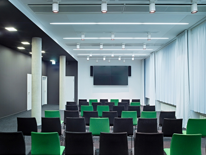 Цветовые акценты в дизайне интерьера офиса в Берлине - чёрно-зелёные стулья