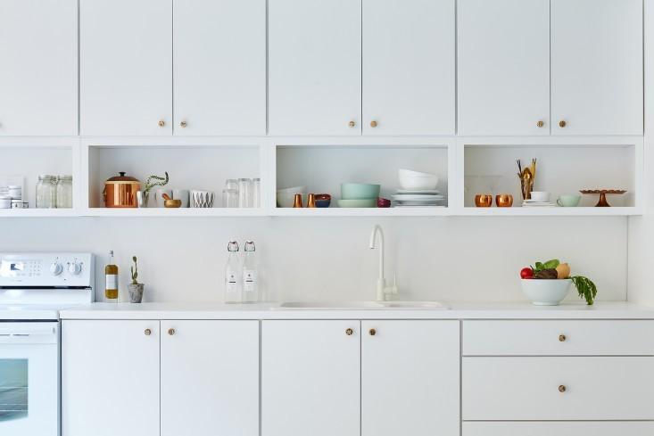 Белые шкафчики в интерьере офиса