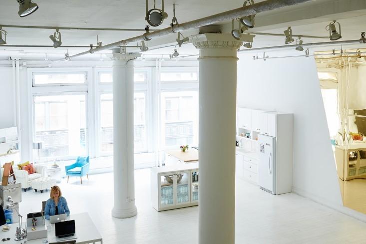 Белые колонны в интерьере офиса