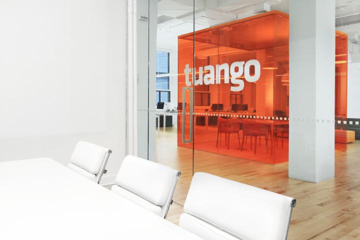 Яркий дизайн интерьера офиса компании Tuango