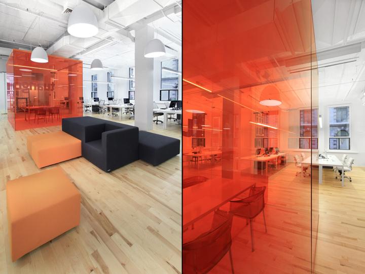 Яркие стеклянные перегородки в офисе компании Tuango