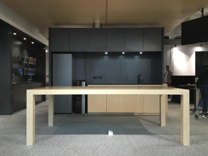 Тёмные цвета в офисе - дерево и металл в отделке небольшой кухни. Фото 1