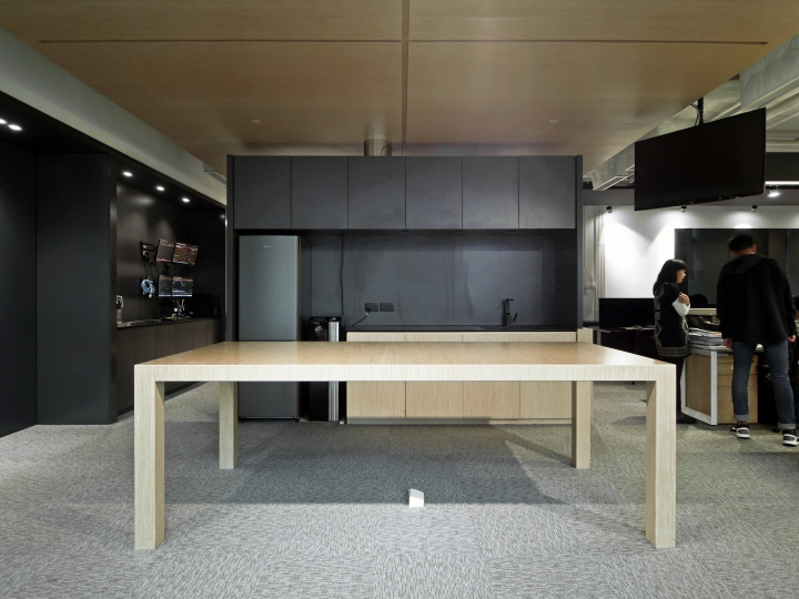 Тёмные цвета в офисе - дерево и металл в отделке небольшой кухни. Фото 2