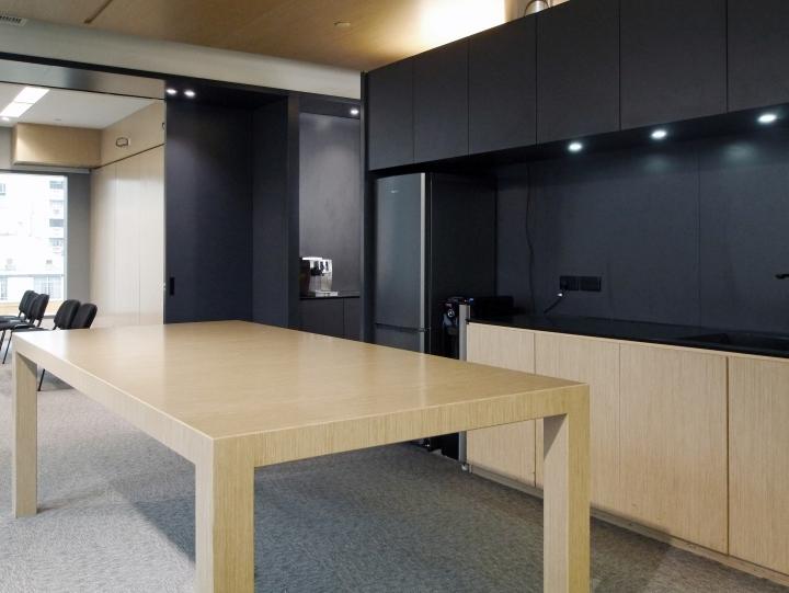 Тёмные цвета в интерьере офиса в стиле хай-тек. Фото 1